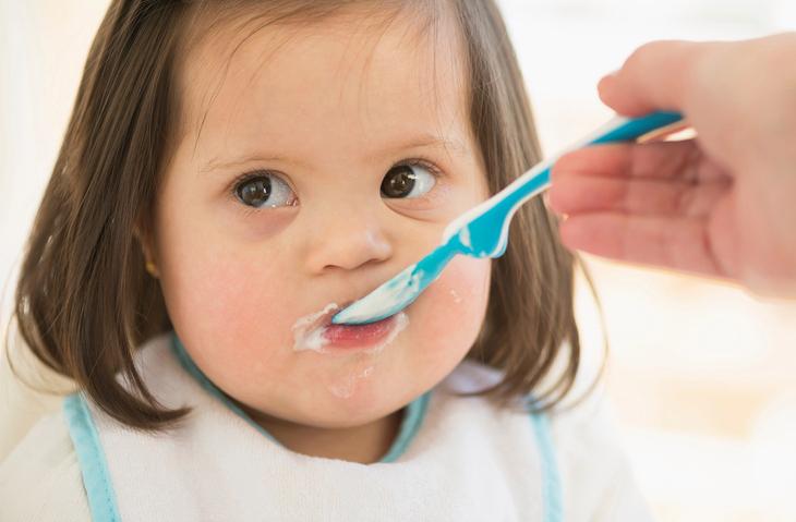 ¿Cómo llevar a cabo la alimentación complementaria en niños con síndrome de Down?